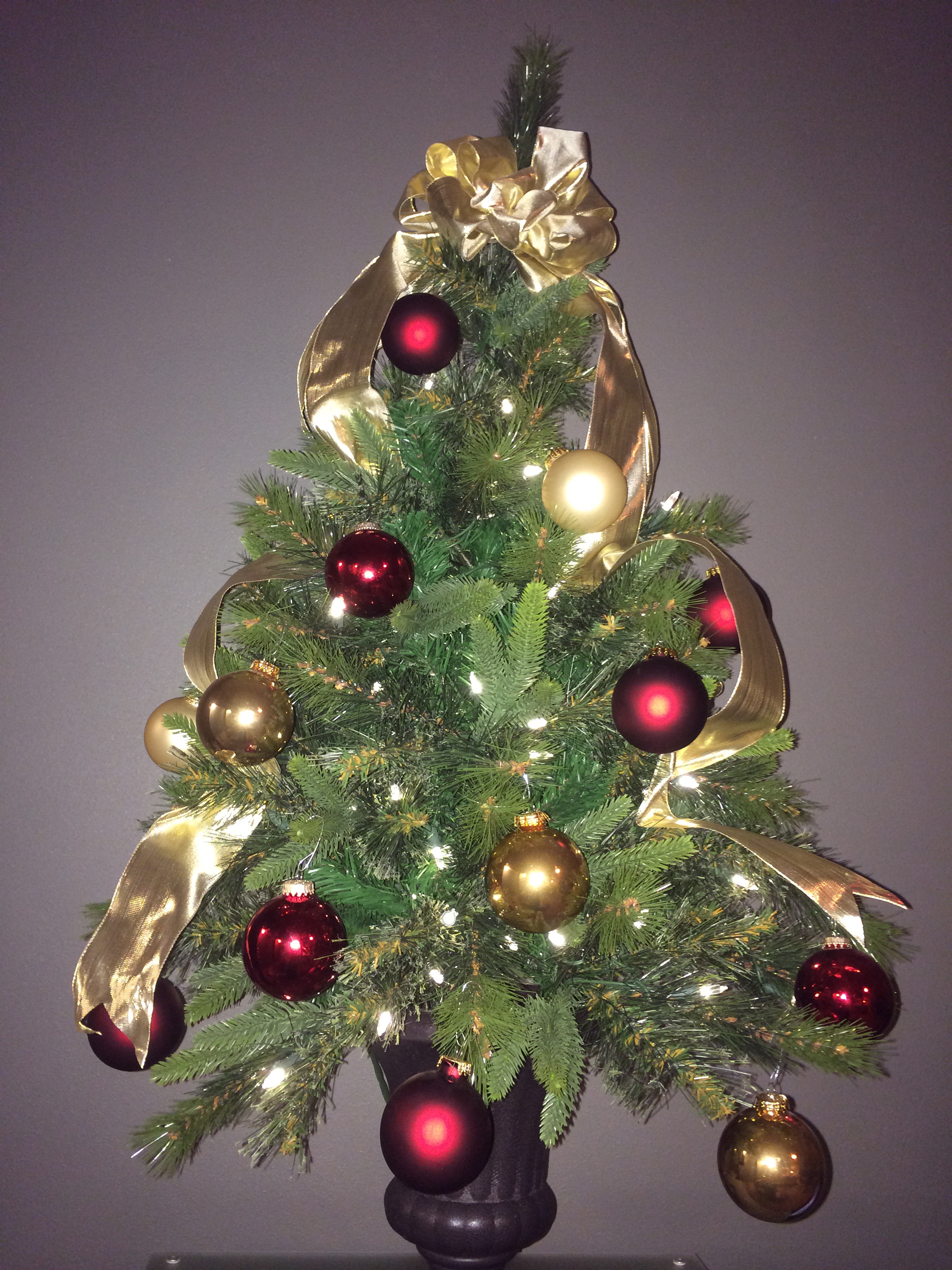 Green Christmas Tree With Red Decorations - Red and gold christmas tree decorations
